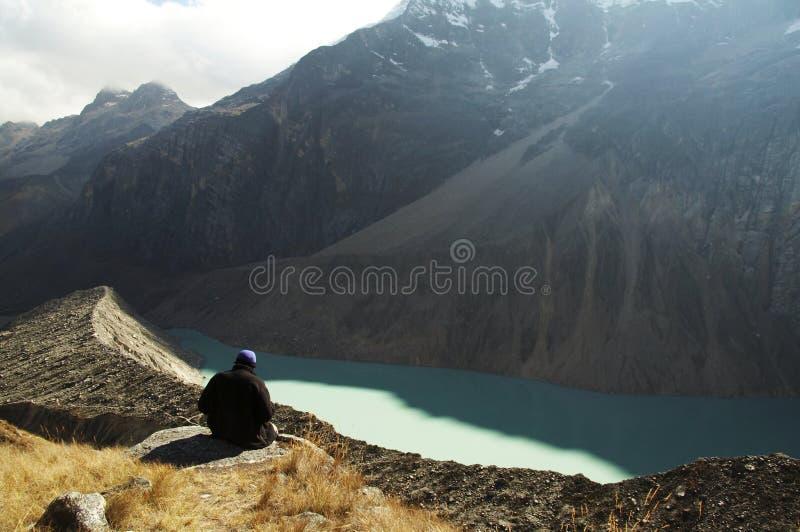 Het ontspannen van de wandelaar op bergmeer royalty-vrije stock afbeelding