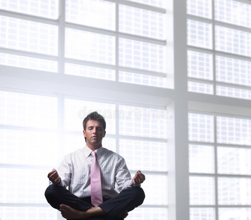 Het ontspannen van de zakenman stock afbeeldingen