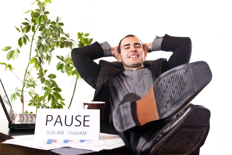 Het ontspannen van de zakenman in bureau stock foto
