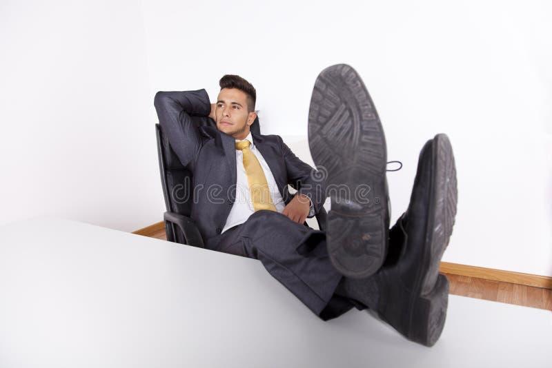 Het ontspannen van de zakenman op zijn kantoor royalty-vrije stock afbeelding