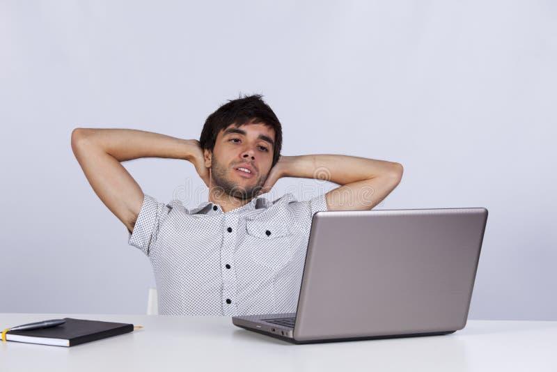 Het ontspannen van de zakenman op zijn kantoor royalty-vrije stock fotografie