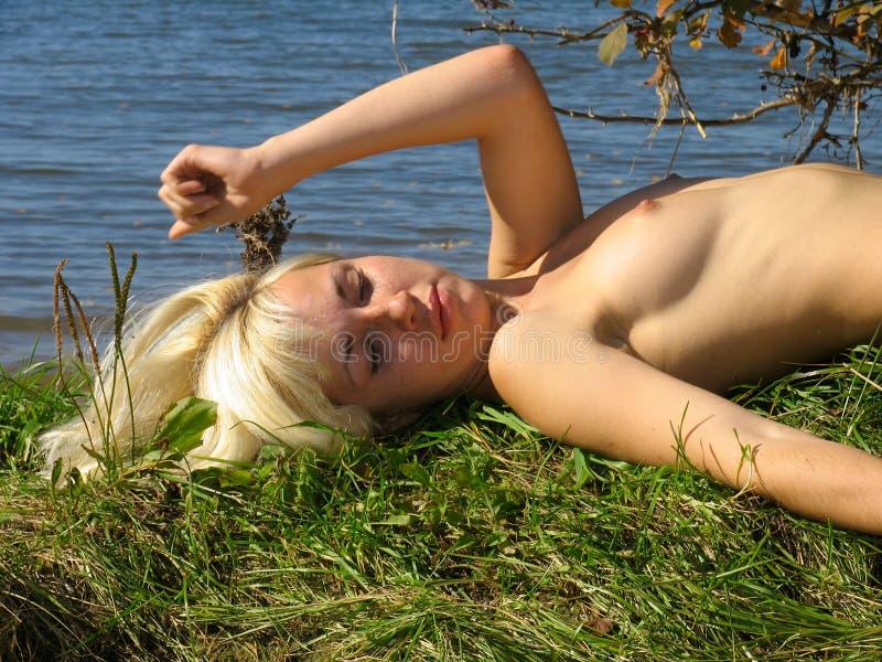 Download Het Ontspannen Van Het Meisje Dichtbij De Rivier Stock Foto - Afbeelding bestaande uit mooi, borst: 291882
