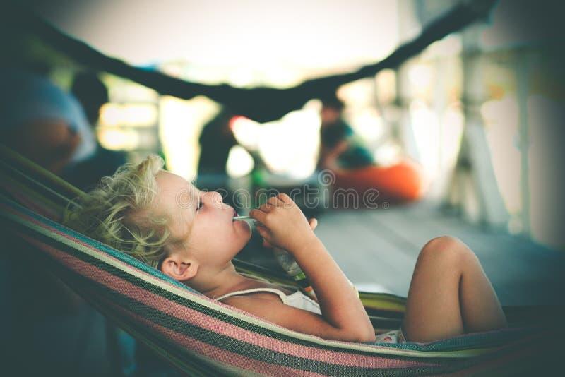 Het ontspannen van het meisje in een hangmat royalty-vrije stock afbeelding