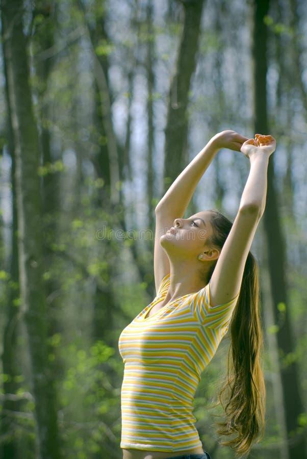 Het ontspannen van het meisje in het bos royalty-vrije stock afbeeldingen
