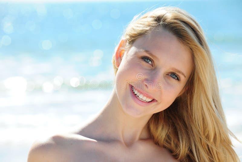 Het ontspannen van het meisje op het strand royalty-vrije stock afbeeldingen