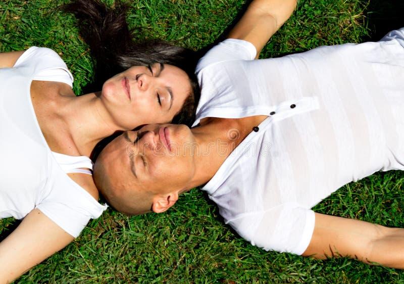 Het ontspannen van het paar op een park royalty-vrije stock fotografie