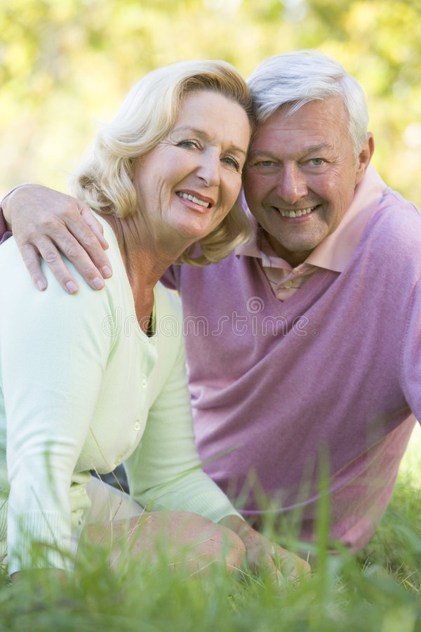 Het ontspannen van het paar in park het glimlachen royalty-vrije stock fotografie
