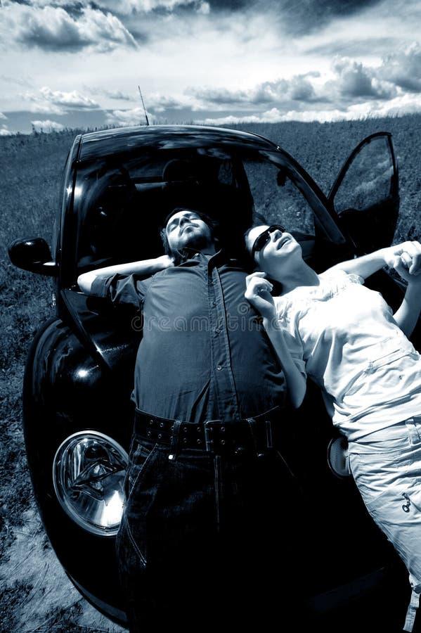Het ontspannen van het paar in zon 2 stock fotografie