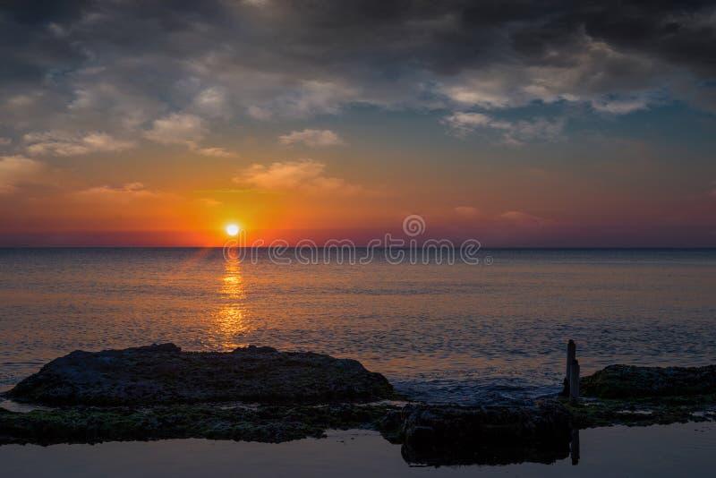 Het ontspannen zeegezichtzon stock afbeeldingen