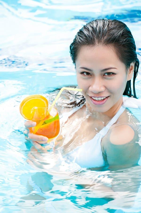 Het ontspannen in zwembad stock foto's
