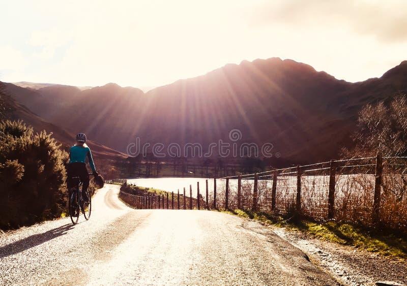 Het ontspannende cirkelen in de bergen royalty-vrije stock foto's