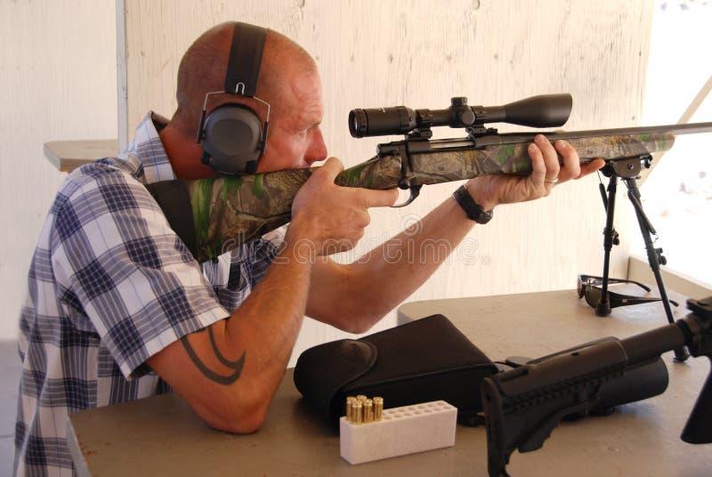 Het ontspruiten van de mens sluipschuttergeweer. royalty-vrije stock foto's