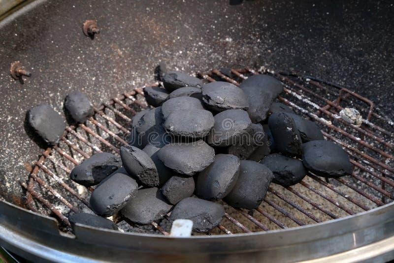 Het ontsteken van brand voor het koken op een grill stock fotografie