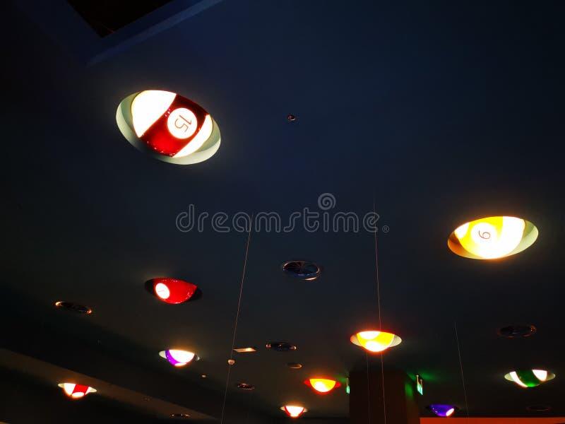 Het ontwerp binnenlandse verlichtings van bronbiljartballen stock afbeelding