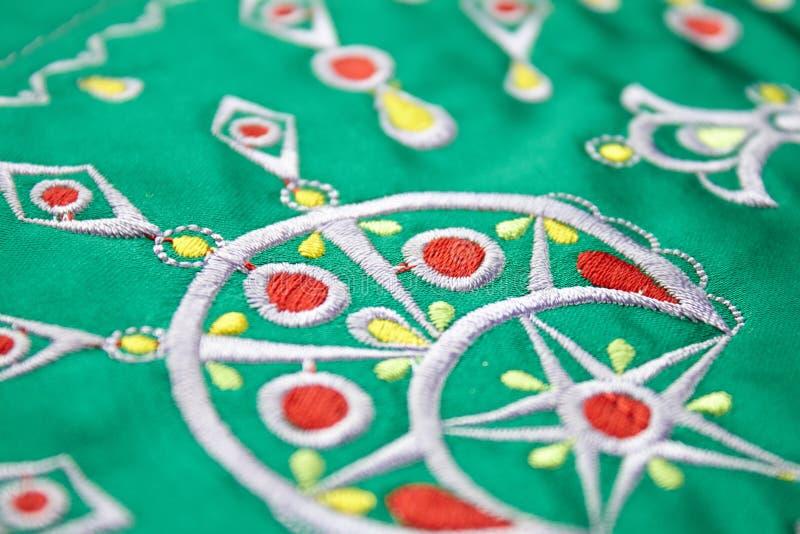 Het ontwerp van het Berbereborduurwerk op groene doek royalty-vrije stock foto