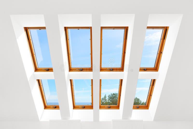 Het ontwerp van de acht vensters van Luxedakramen stock foto's