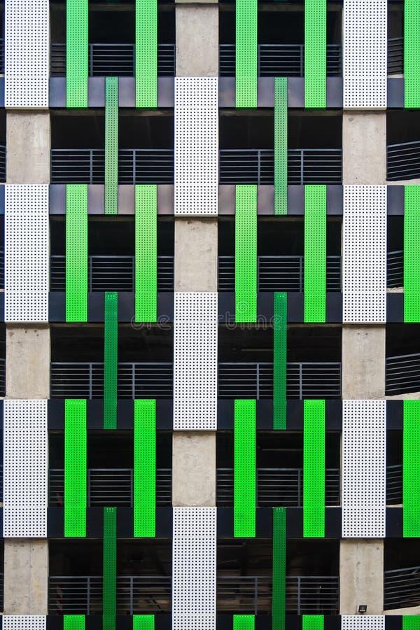 Het ontwerp van de voorgevel van Parkeren met meerdere verdiepingen stock fotografie