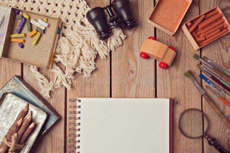 Het ontwerp van de websitekopbal met notitieboekje en creatieve uitstekende voorwerpen stock fotografie