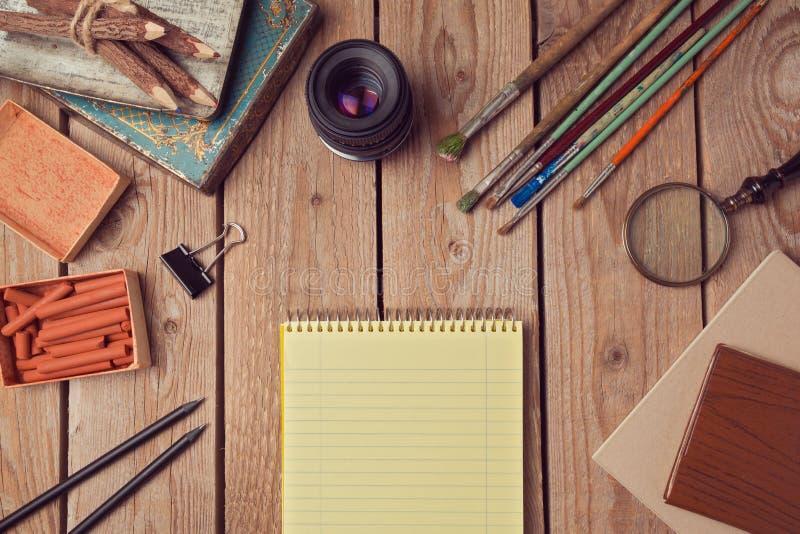 Het ontwerp van de websitekopbal met notitieboekjepagina en creatieve uitstekende voorwerpen stock fotografie