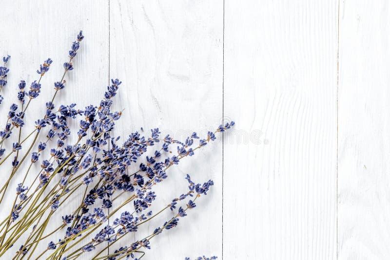 Het ontwerp van het lavendelbureau met bloemen op witte hoogste mening als achtergrond m royalty-vrije stock afbeeldingen