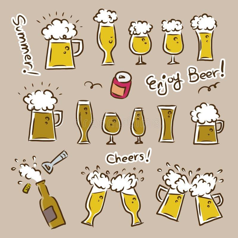 Het ontwerpbier goot in biermokken en glazen/partij en de zomerbeeld royalty-vrije illustratie