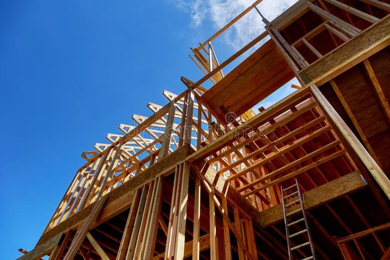 Het ontwerpen van het nieuwe stok gebouwde huis van de huisclose-up in aanbouw onder blauwe hemelbouw en onroerende goederen royalty-vrije stock fotografie