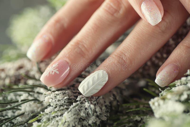 Het ontwerpspijkers van de de wintermanicure, zachte roze en witte kleur stock foto's