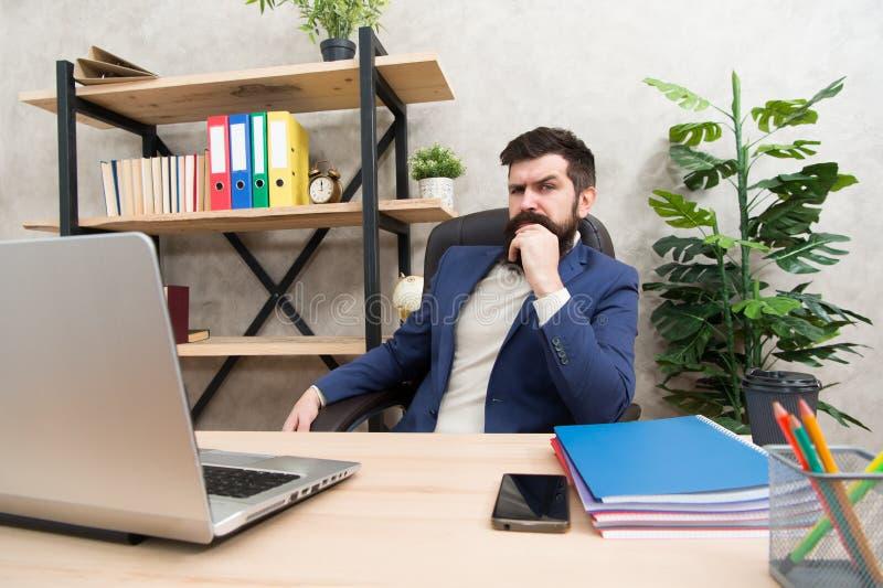 Het ontwikkelen van bedrijfsstrategie Gewaagde zaken Concentratie en nadruk Zit de mensen gebaarde werkgever bureau met laptop Ma royalty-vrije stock foto's