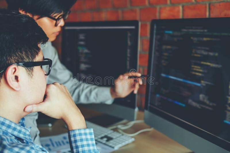 Het ontwikkelen van het ontwerp van programmeursteam development website en het coderen royalty-vrije stock foto's