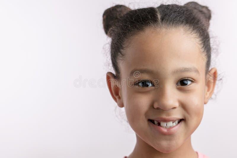 Het ontzagwekkende Afrikaanse jonge geitje met positieve uitdrukking bekijkt de camera stock foto's