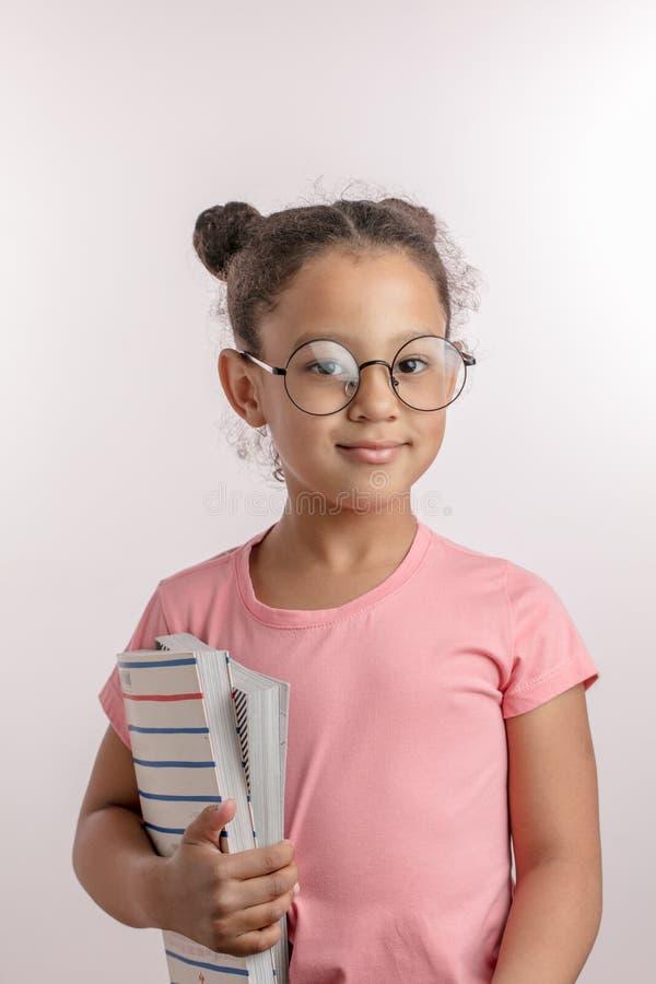 Het ontzagwekkende meisje gaat naar school stock foto's