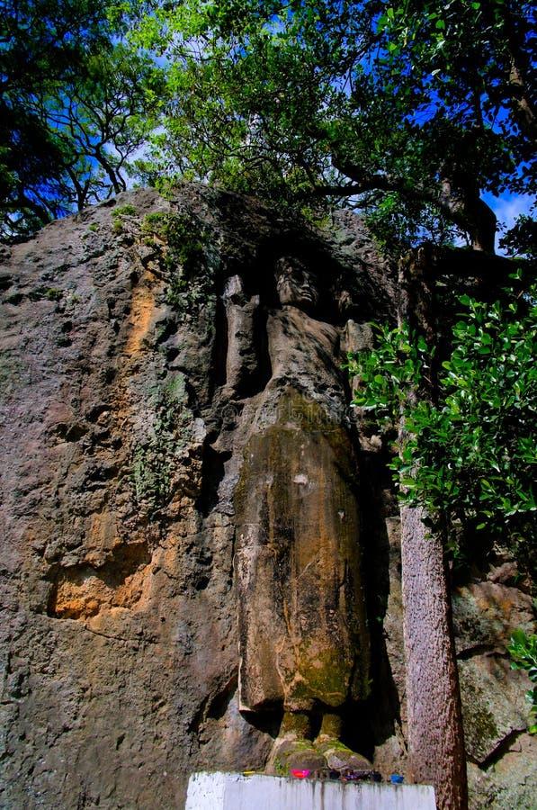 Het onvolledige beeld van Boedha bij de rotstempel van Dhowa Raja Maha Vihara, Bandarawela, Sri Lanka royalty-vrije stock foto