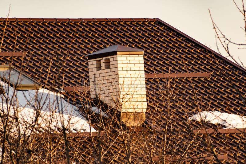 Het onvolledige rode baksteenhuis, bij zonsondergang, het dak voor de mensen Architectuur in Rostov-gebied stock foto's