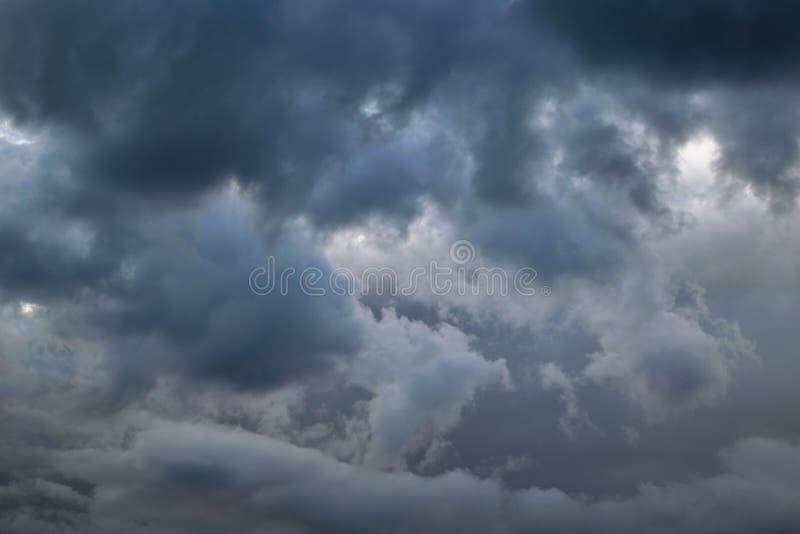 Het onweer, donkere, zware Cumuluswolken behandelde de hemel stock foto's