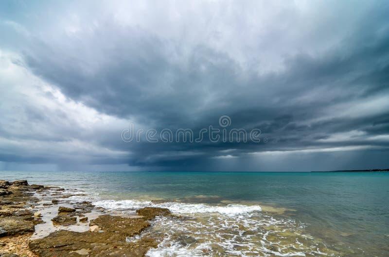 Het onweer staat de kust van Kroatië te raken op het punt royalty-vrije stock fotografie