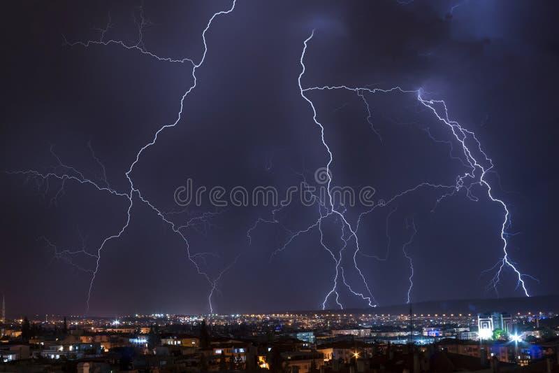 Het onweer van de bliksem over de stad royalty-vrije stock afbeelding