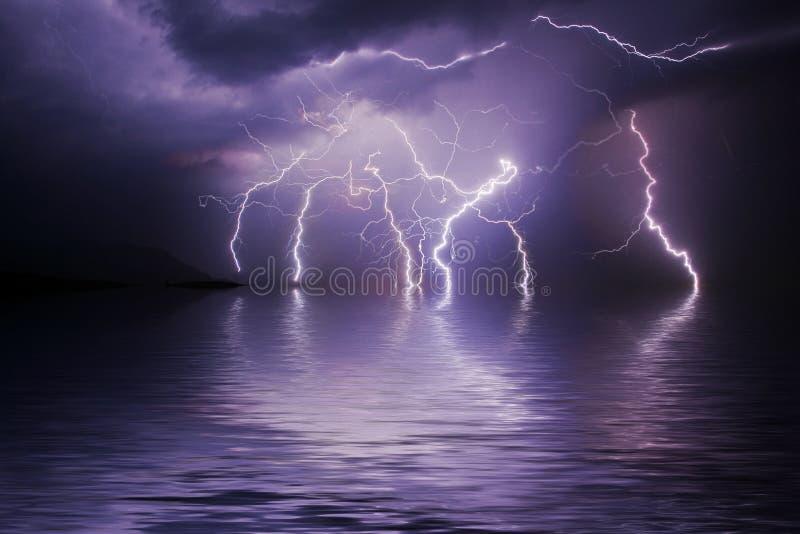 Het onweer van de bliksem over oceaan stock illustratie