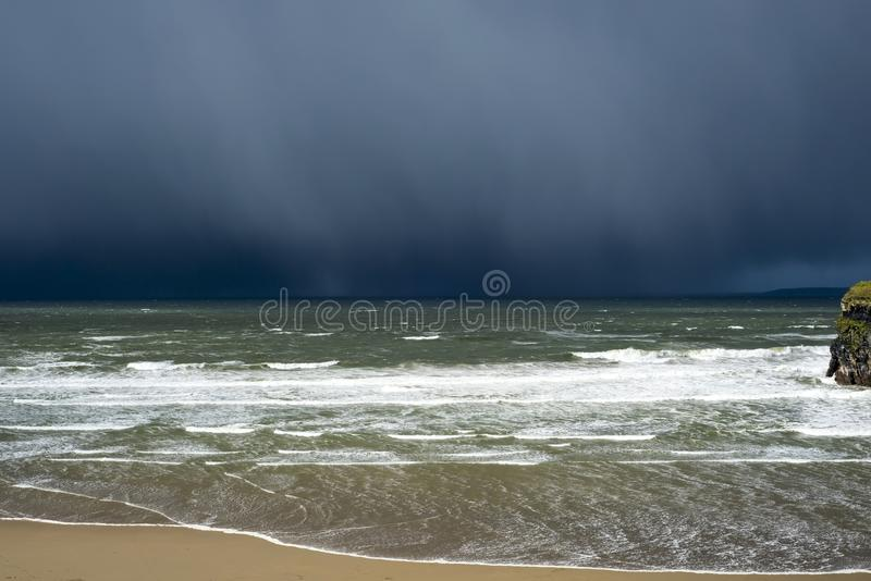 Het onweers naderbij komende klip van de de winterregen stock foto