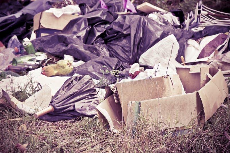 Het onwettige dumpen met flessen, dozen en plastic zakken royalty-vrije stock fotografie