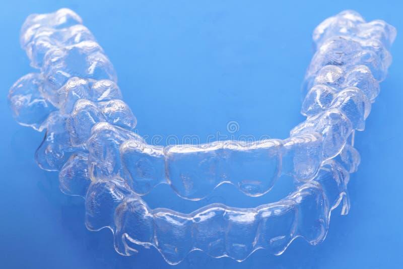 Het onzichtbare tand de tandaligners van tandensteunen plastiek bindt tandheelkundepallen vast om tanden recht te maken stock afbeelding