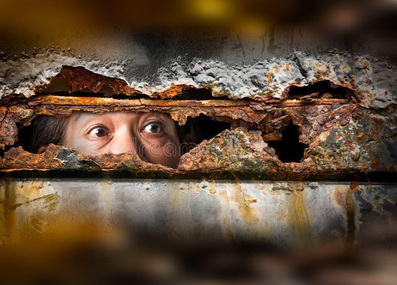 Het oog in metaal roestig gat stock afbeelding