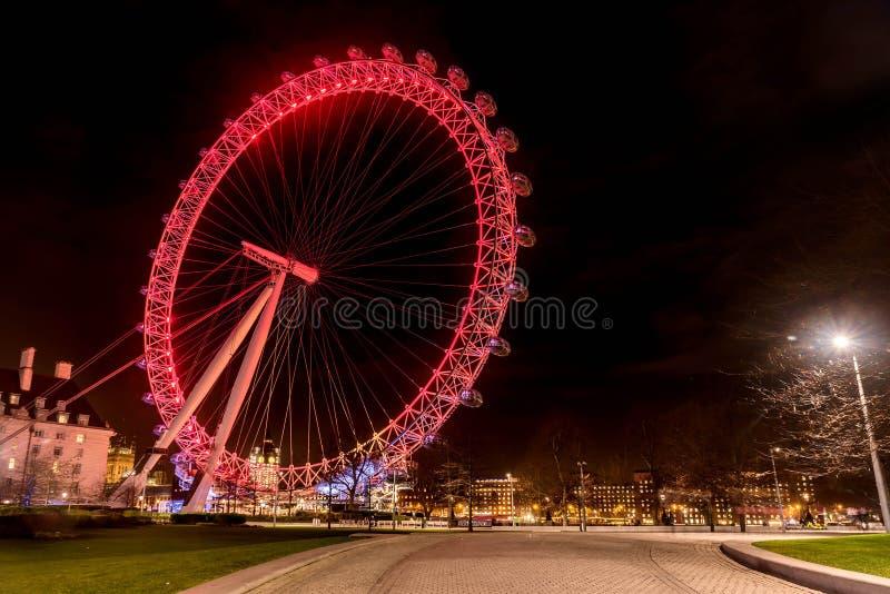 Het Oog ReuzedieFerris Wheel van Londen bij nacht in Londen, het UK wordt verlicht stock fotografie