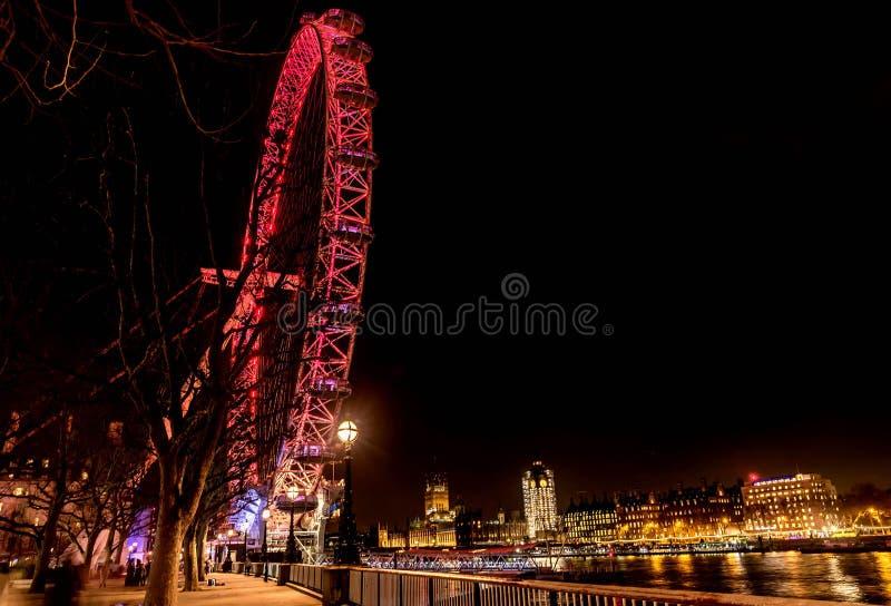 Het Oog ReuzedieFerris Wheel van Londen bij nacht in Londen, het UK wordt verlicht royalty-vrije stock foto's
