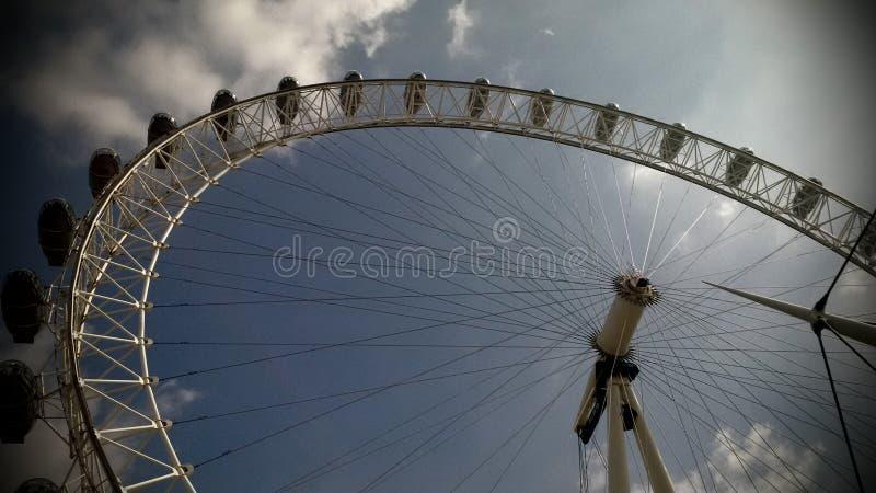 Het Oog het UK van Londen tegen blauwe grijze hemel royalty-vrije stock afbeelding