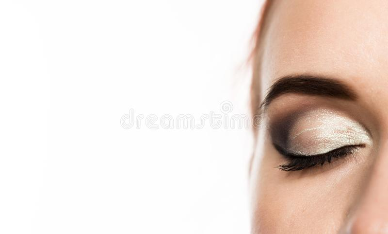 Het oog van de close-upvrouw met het professionele oog van make-upsmokey, op een witte achtergrond Vrije ruimte voor tekst royalty-vrije stock foto's