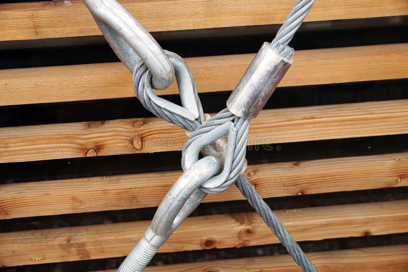 Het oog van de de holdingshaak van de staalspanschroef met het vastmaken en metaalkabels royalty-vrije stock afbeeldingen