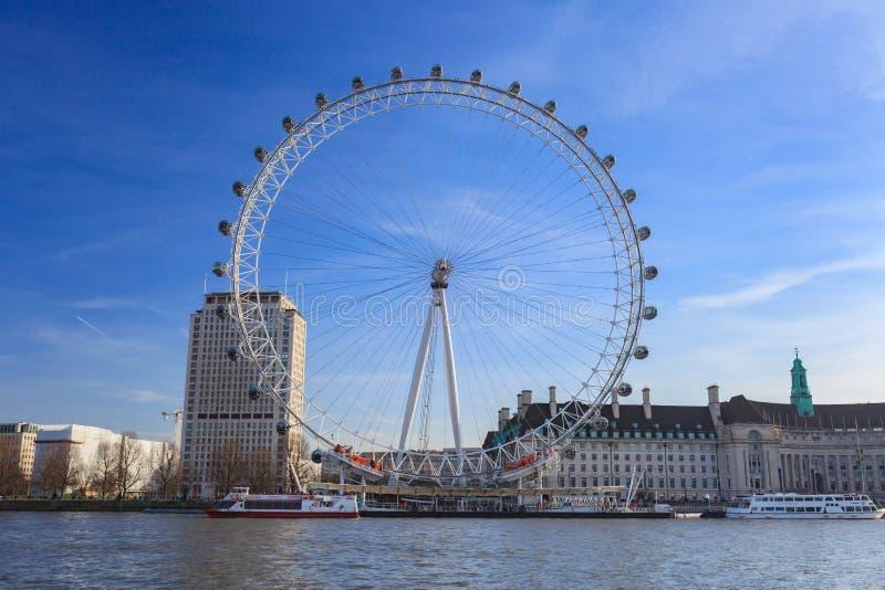 Het Oog van Londen bedraagt het langste Reuzenrad in Europa 135 meters en de Zaal van het Land in Londen stock foto's
