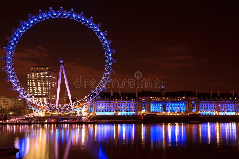 Het Oog van Londen bij nacht stock foto's