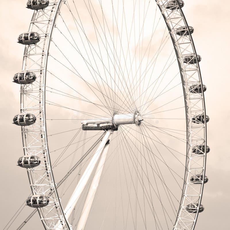 het oog van Londen in de de lentehemel en de witte wolken royalty-vrije stock afbeeldingen