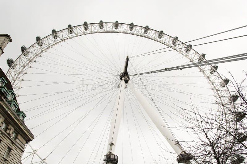 Het Oog van Londen is een reuzeferriswiel in de stad van Londen, Groot-Brittannië stock foto
